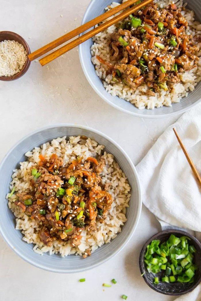 arroz con cerdo, semillas de sésamo salsa agridulces y cebollin, comidas asiática, platos fáciles para hacer en casa