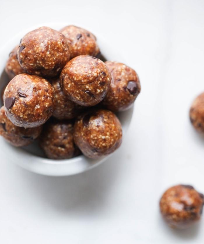 irresistibles propuestas de bolas energeticas caseras en fotos, bolas de manteca de mani, datiles, chia y chispas de chocolate
