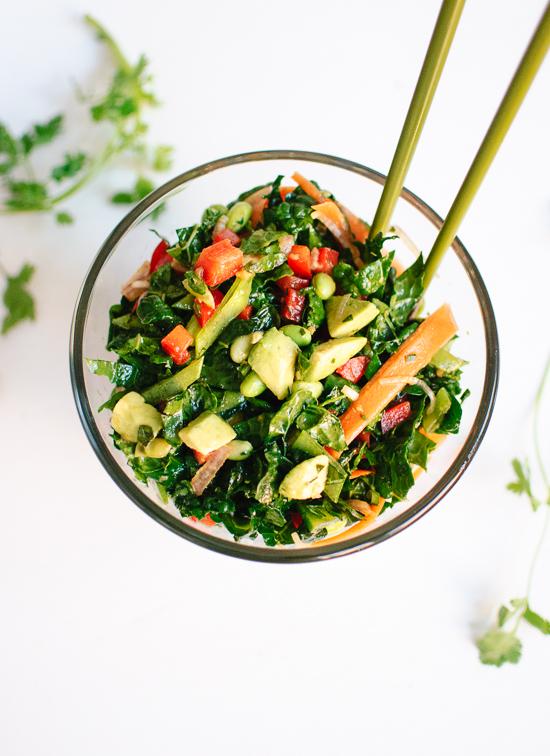 comidas saludables y faciles de hacer en casa, ensalada verde con aguacate, zanahorias, ideas para platos sanos