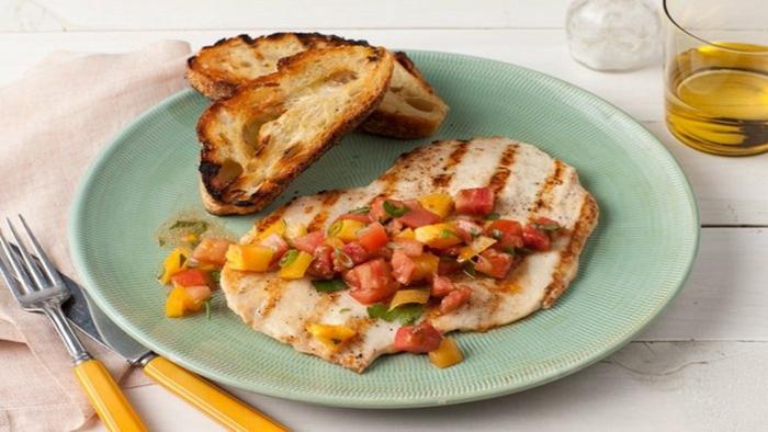 pechuga de pollo con vegetales y tostadas, ideas de cenas ligeras ricas y faciles de hacer en casa, platos saludables