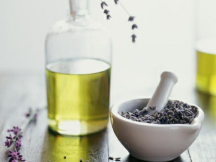 aceites naturales mezclados con hierbas secas para hacer un ambientador DIY, ideas sobre como hacer ambientador casero aromático