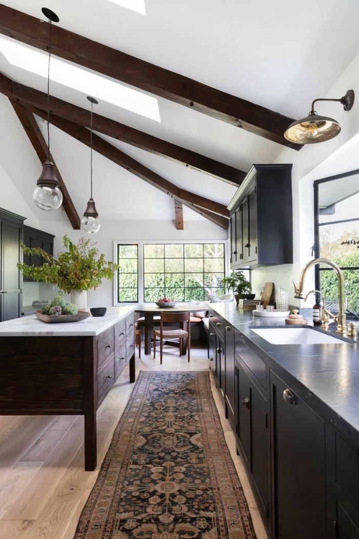 espacio abuhardillado decorado en estilo rústico moderno, techo con vigas, fotos de cocinas acogedoras con barra
