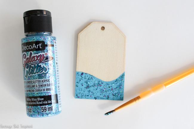 como hacer etiquetas para maletas DIY con purpurina, regalos hechos a mano, etiquetas decoradas con purpurina color azul