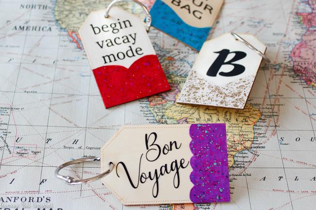 como hacer etiquetas para maletas DIY paso a paso, etiquetas decoradas con purpurina para regalar, modo de vacciones, buen viaje