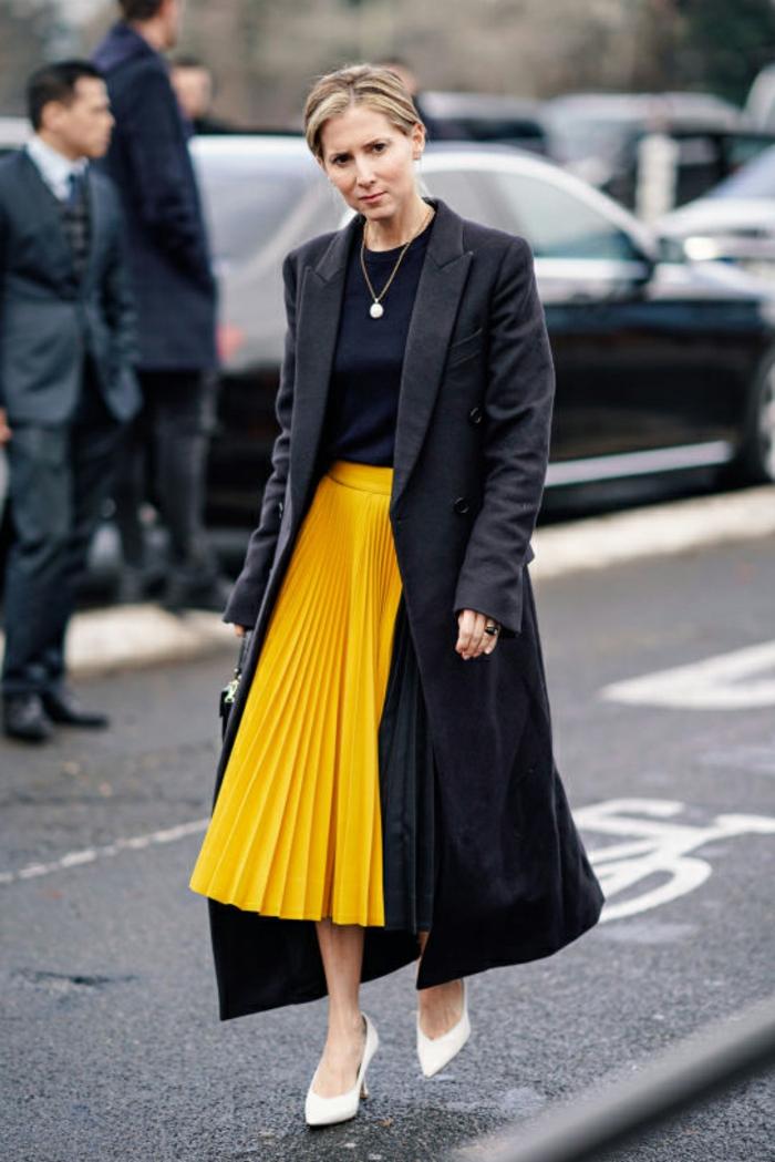 falda midi color amarillo combinada con blusa y abrigo negro maxy, ideas para prendas de moda mujer en 90 imágenes