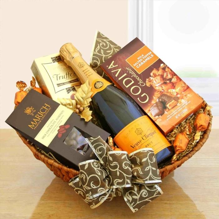 canasta llena de chocolates y vino, como sorprender a tu madre o suegra para el dia de la madre, regalos dia de la madre