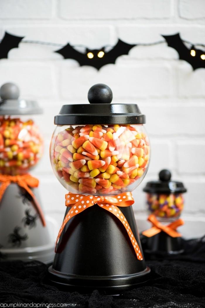 ideas sobre cómo decorar el salón para una fiesta de Halloween, guirnalda de murciélagos de fieltro
