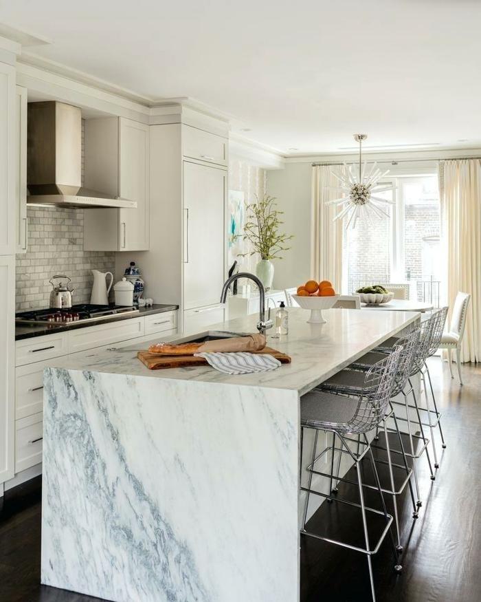 cocina decorada en blanco con grande barra con sillas, cocinas americanas con barras multufuncionales, cocinas abiertas al salon