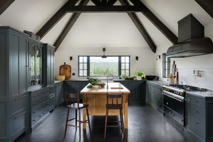 cocina abuhardillada en blanco y gris, cocinas rústicas con barra, techo con vigas y suelo de parquet, barra en el centro de la cocina