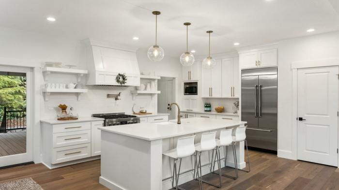 cocinas abiertas al salon modernas, cocina blanca con techo de madera y grande isla en el centro, cocinas modernas