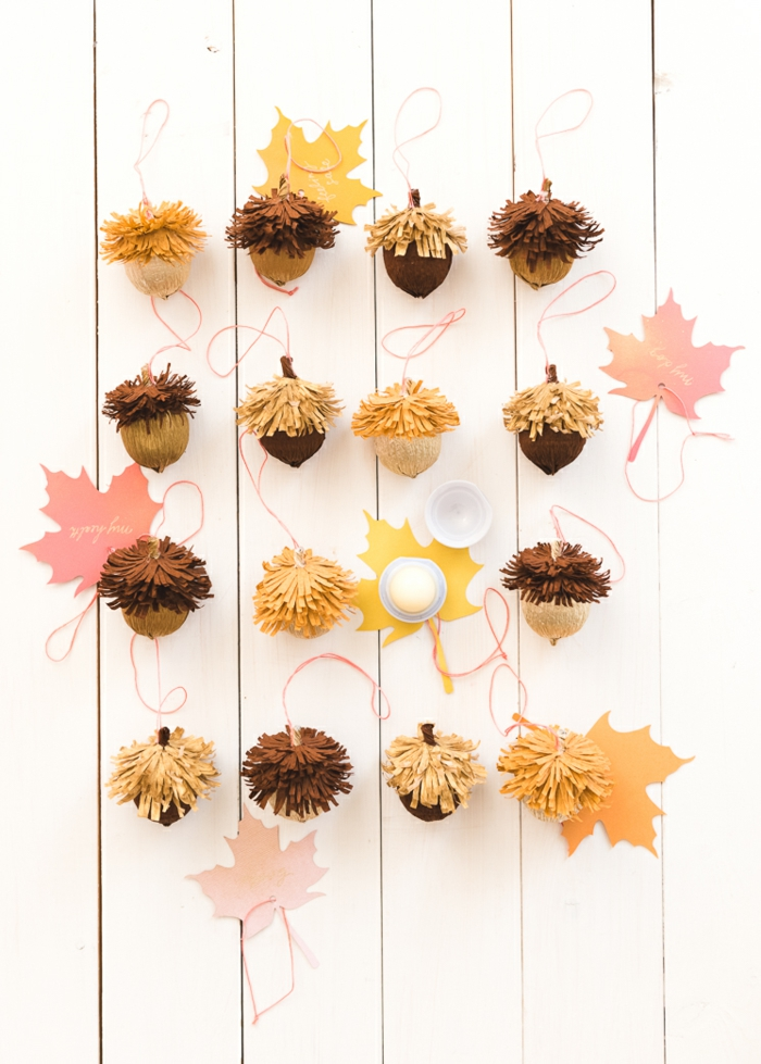 como hacer manualidades otoño coloridos para decorar la casa en otoño, centro de mesa DIY con bellotas artificiales