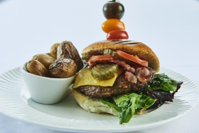 hambuerguesa casera con papas al horno, cenas faciles y sanas, ideas para preparar una hamburguesa sin carne