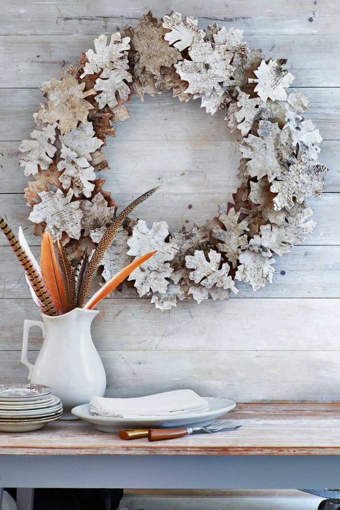 ideas de decoración DIY en estilo rústico, como decorar la casa en otoño, corona de hojas de otoño secas