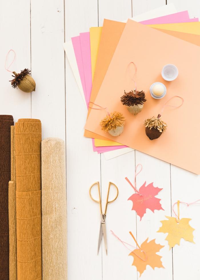 materiales necesarios para hacer bellotas DIY para decorar la casa, detalles decorativos hechos a mano, manualidades con papel crepe