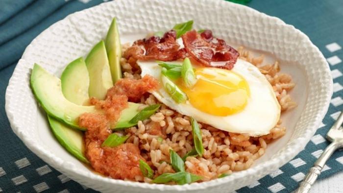 arroz con huevos y aguacate, platos ligeros con arroz, fotos con ideas de cenas bajas en calorias, más de 80 ideas de cenas