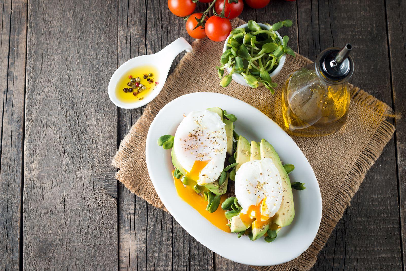 platos ligeros y sofisticados para una comida entre amigos, aguacates con huevos, recetas aguacate y huevo