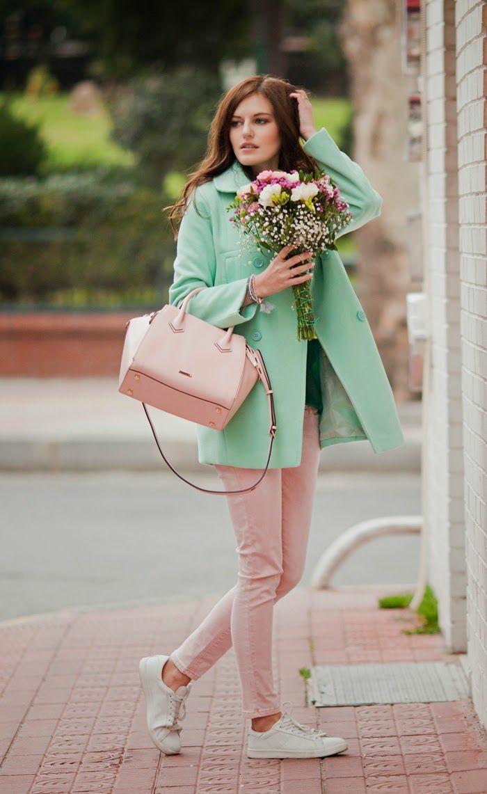 hermosas combinaciones de colores, pantalón color rosado combinado con un abrigo color verde menta y bolso en color rosa