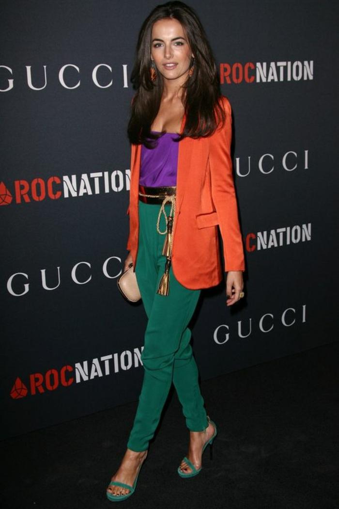 combinaciones de colores inusuales, pantalón color verde combinado con una blusa en color púrpura y chaqueta en color naranja