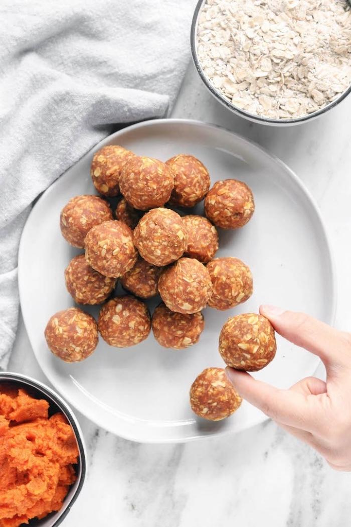 bolas energéticas con calabaza y copos de avena, ideas de recetas de otoño, ricas propuestas de recetas con calabaza
