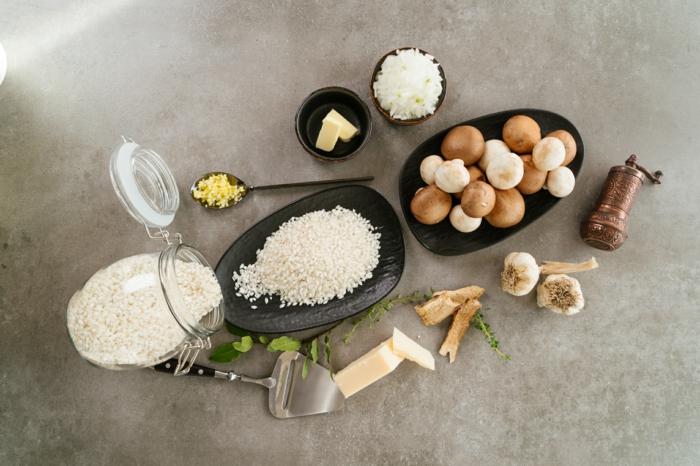 ingredientes para hacer un risotto con setas y vino blanco, arroz blanco, quesos, mantequilla, cebolla, ajo, verduras