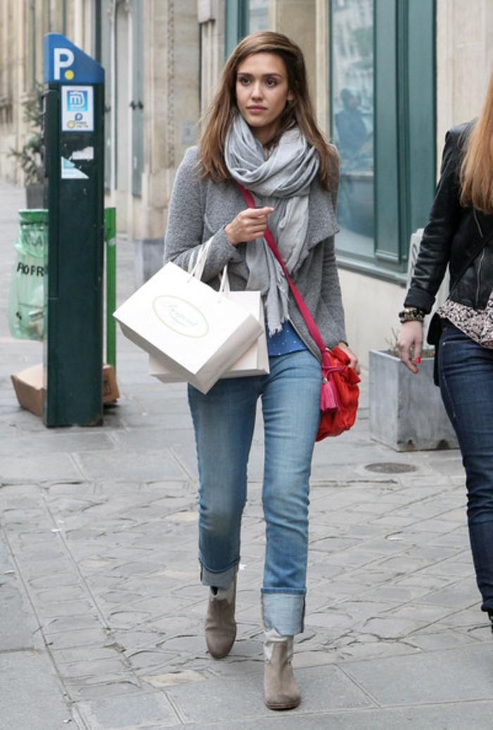 Jessica Alba con un outfit casual con vaqueros, ideas de paleta de colores que pegan bien con gris, prendas modernas mujer