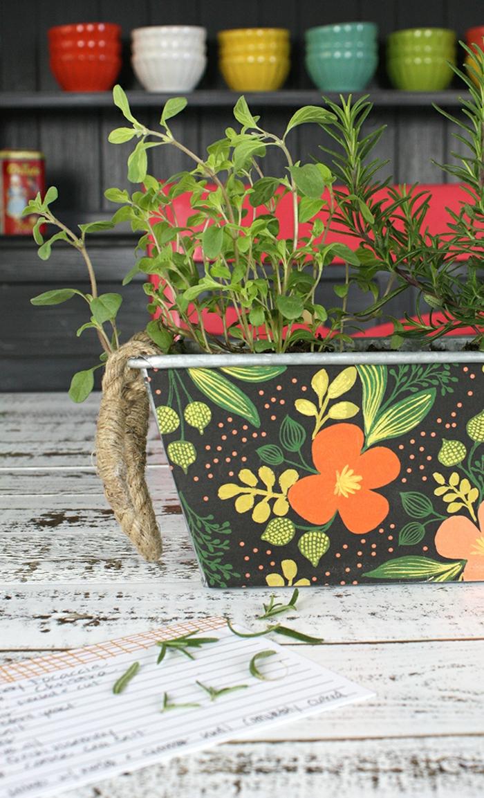 maceta DIY decorada con motivos florales, regalos de cumpleaños hechos a mano para madres y abuelas, ideas de regalos caseros
