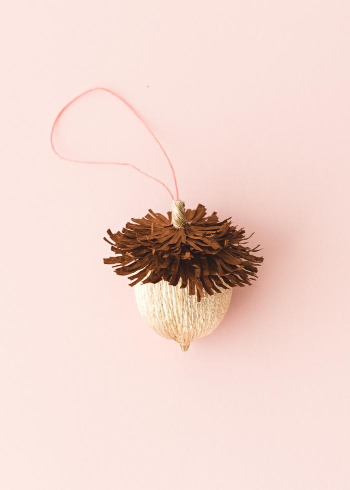 bellota DIY hecha de papel crepe, pequeños detalles DIY para decorar la casa en otoño, manualidades otoño
