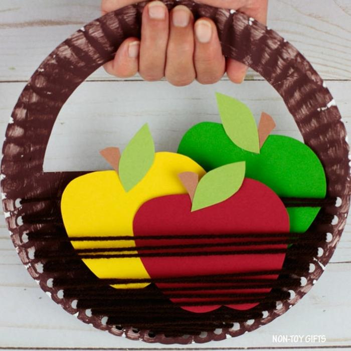 excelentes ideas de manualidades para niños de 3 a 5 años, cesta DIY hecha de plato de plástico reciclados