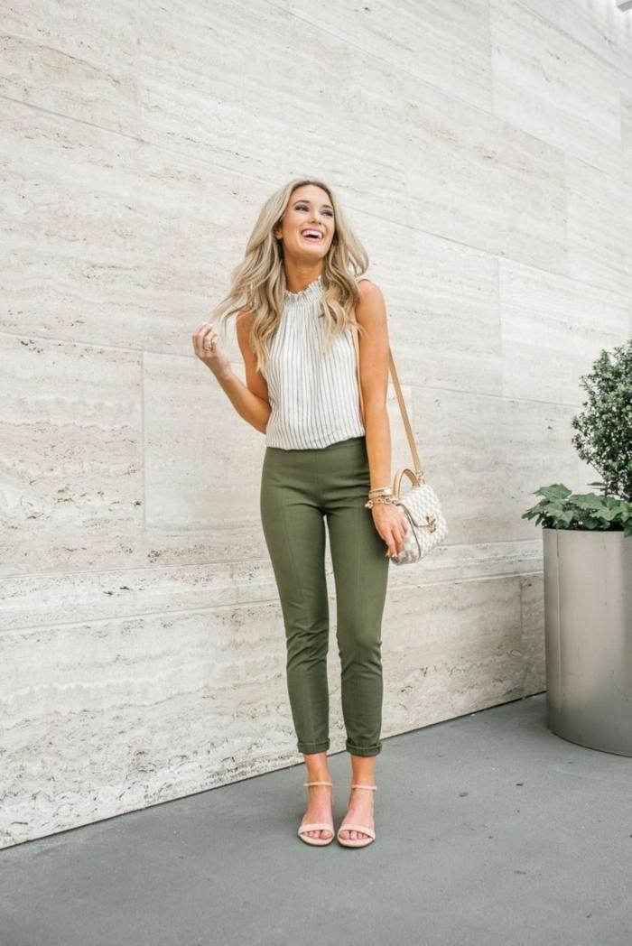 verde y blanco, combinaciones de colores para el otoño, blusa color blanco combinada con pantalón pitillo en color verde
