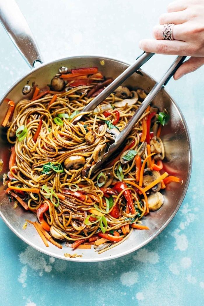 comida asiática con noodles, recetas de cocina asiática, pasta con hongos y verduras, pimientos rojos, ideas para bajar de peso