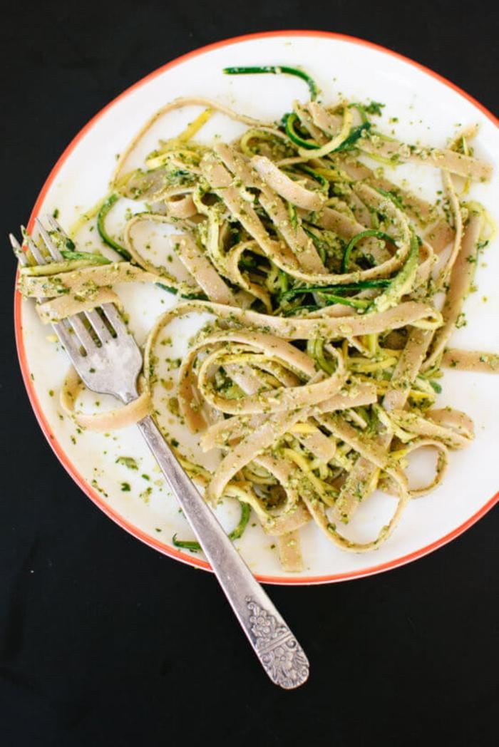pasta casera con pesto italiano, cenas bajas en calorias, ideas de platos para comer en casa originales y ligeros