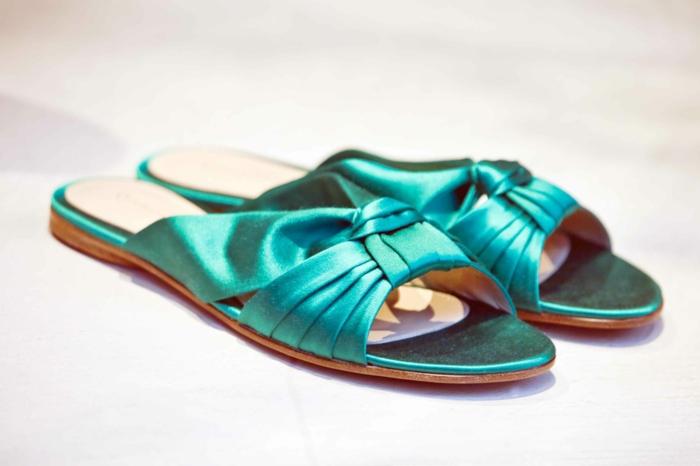 regalos originales para mujeres para soprender a tus amigas, chanclas elegantes de satén en color aguamarina