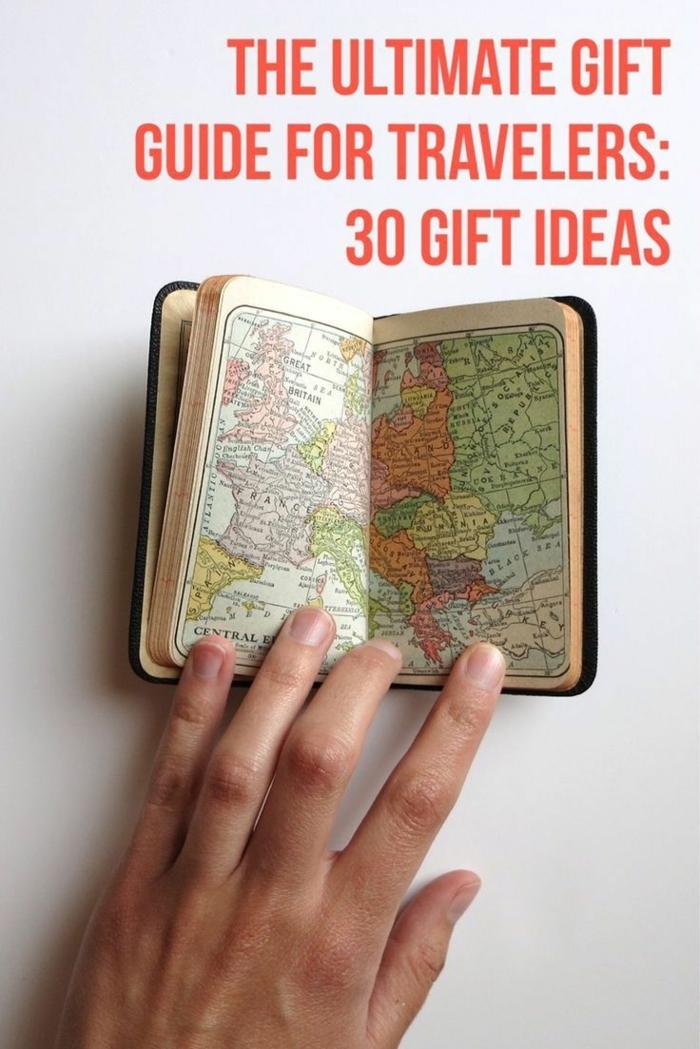 pequeño cuaderno con mapas para tomar notas de tus viajes, excelentes ideas de regalos para hermanas