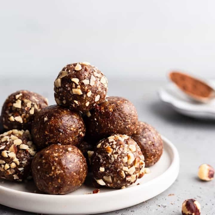 bolas de chocolate y manteca de mani con almendras, las mejores propuestas de desayunos y postres fáciles de hacer
