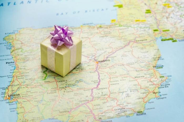 pequeños regalos simbolicos para hombres y mujeres que aman los viajes, regalos originales para novios viajeros en fotos