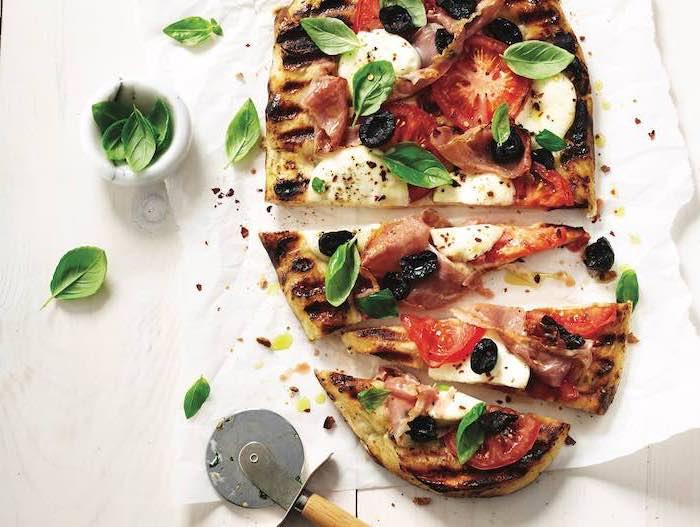 pizza a la parrilla con jamón, quesos, albahacas y aceitunas, pizzas saludables con vegetales, comidas fáciles para preparar