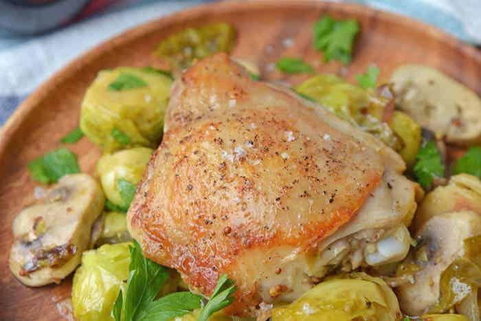 pechuga de pollo al horno con patatas y hongos, comidas tradiciconales con recetas paso a paso, ideas de comidas saludables