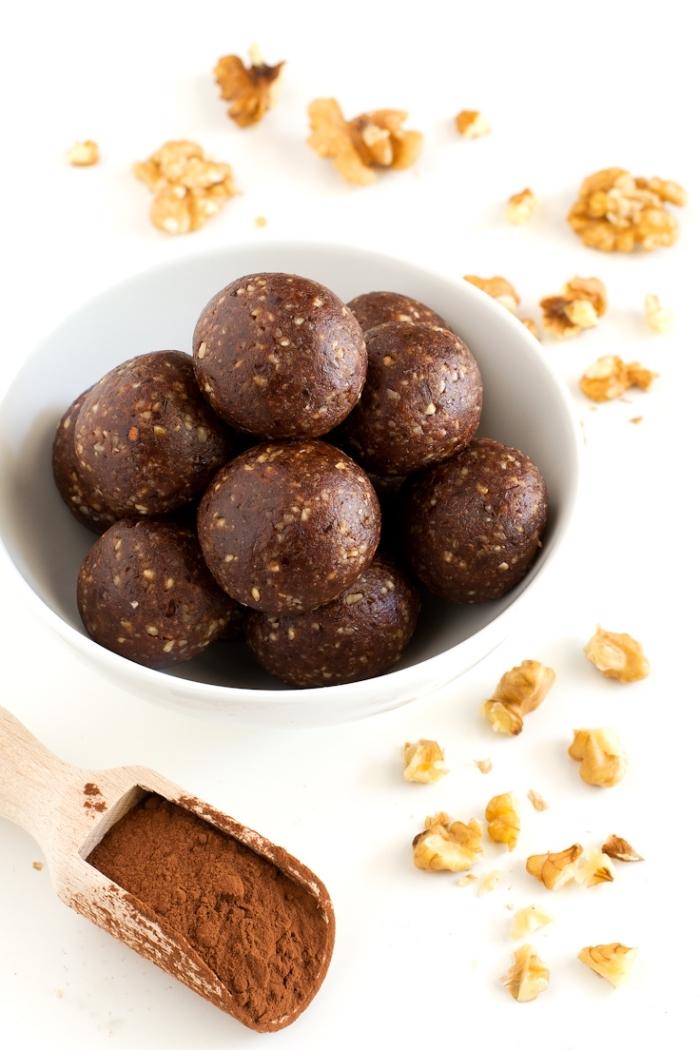 las mejores recetas de boals energéticas caseras, dulce con cacao en polvo y nueces, ideas de postres saludables paso a paso