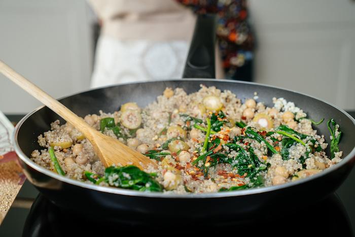 recetas de quinoa fáciles y rápidas, quinoa con garbanzos con espinacas, recetas saludables fáciles y rápidas