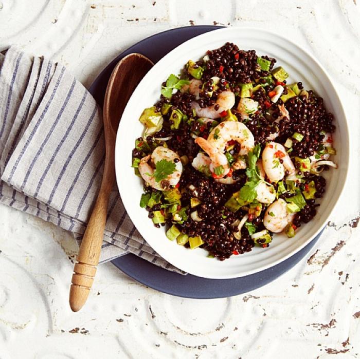 ensalada nutritiva y saludable par toda la familia, ideas de recetas con mariscos, ensalada con quinoa roja y gambas