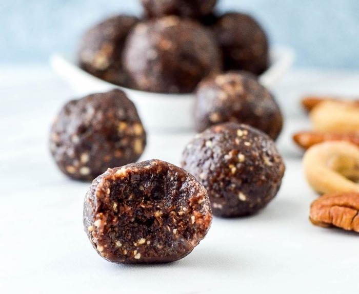 más de 90 ejemplos de bocados dulces saludables, bolas de energía con chocolate negro y nueces pecanas, fotos con ideas