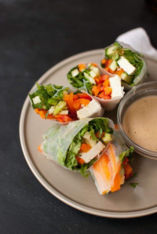 rollos asiáticos con vegetales y queso blanco, recetas para mantener una dieta saludable, ideas de entrantes fáciles