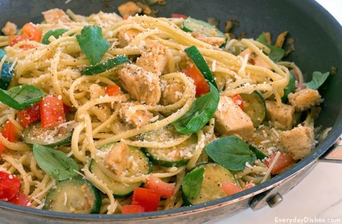 pasta casera con polo, calabacines y verduras, ideas de recetas para toda la familia, ejemplos de cenas que no engordan