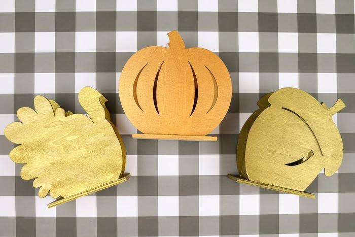 adornos originales temáticos pintados en color naranja y dorado, como decorar el hogar para el otoño