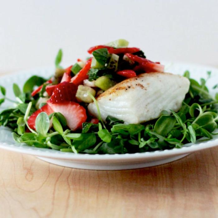 cenas que no engordan para preparar en casa, pescado con verduras y fresas, platos saludables y ricos