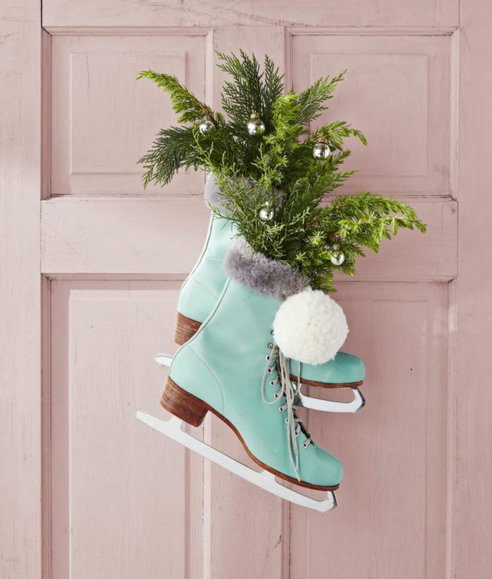 fantásticos ejemplos de puertas decoradas de navidad,botas de patinaje con ramas de pinas, ideas de decoración puertas en colores pastel