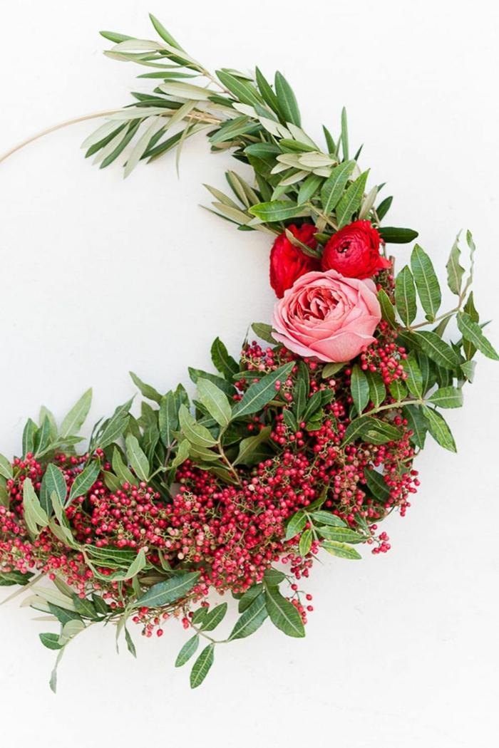 corona navideña en estilo minimalista con hojas verdes y peonías, decoracion de navidad original, adornos navideños DIY