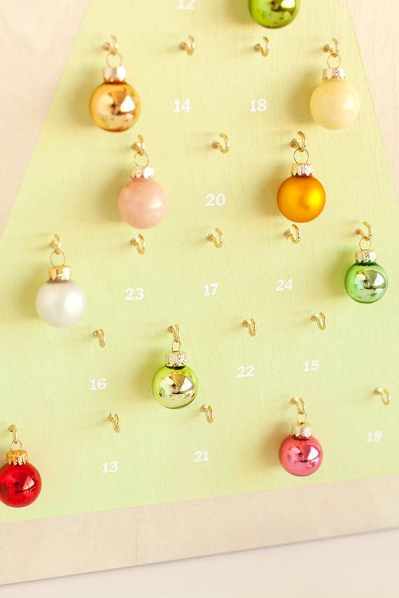 decoración casera navideña, calendario de adviento personalizado con adornos navideños, como hacer un calendario navideño decorativo