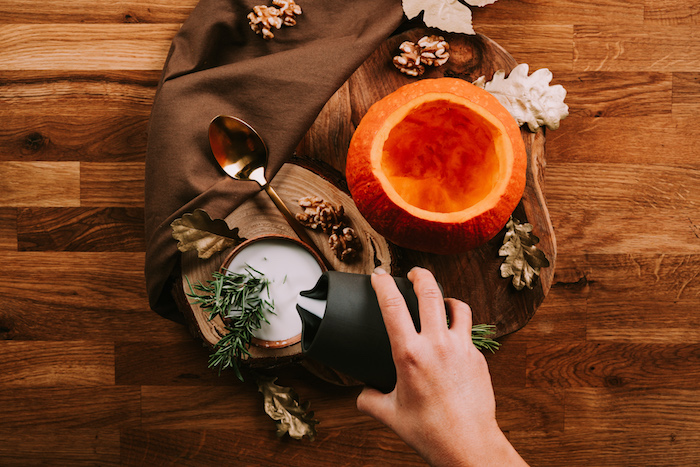preciosa decoración de mesa con calabaza tallada, crema de calabaza receta paso a paso, ideas de recetas veganas sanas