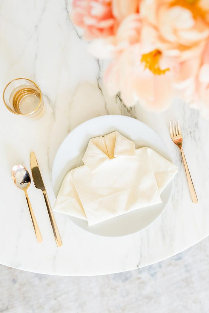 las ideas más originales sobre como doblar servilletas de tela, servilleta blanca de papel doblada en forma de una camisa